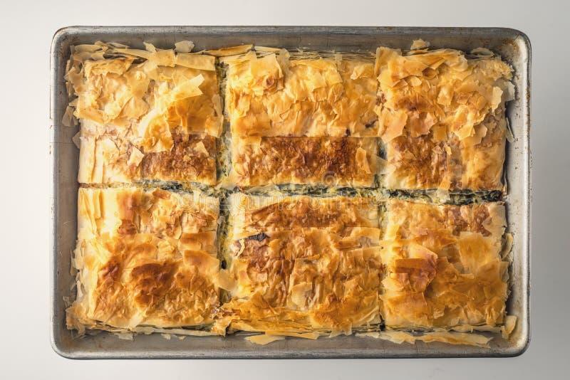 Griechisches Torte spanakopita in der Draufsicht der Metallwanne lizenzfreie stockbilder