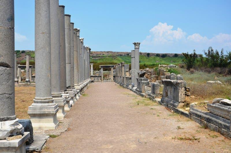 Griego clásico de Antalya Perge, entre las columnas imagen de archivo libre de regalías