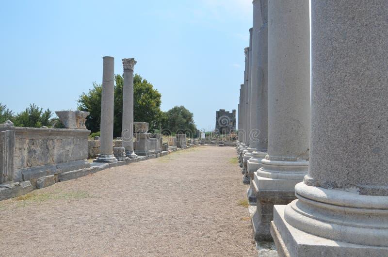 Griego clásico de Antalya Perge, entre las columnas fotografía de archivo