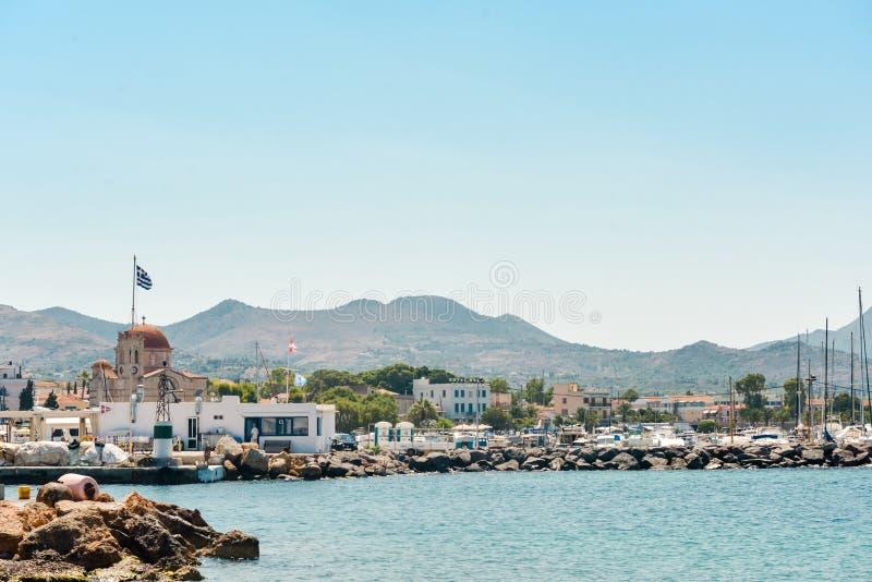Griekenland, Aegina - 23 Juni, het Weergeven van 2019 van beroemde en schilderachtige haven van Aegina-eiland, stock foto's