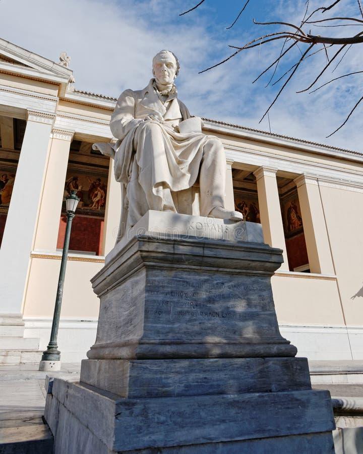 Griekenland Athene de stad in, het standbeeld van Adamantios Korais voor de nationale universiteit royalty-vrije stock fotografie