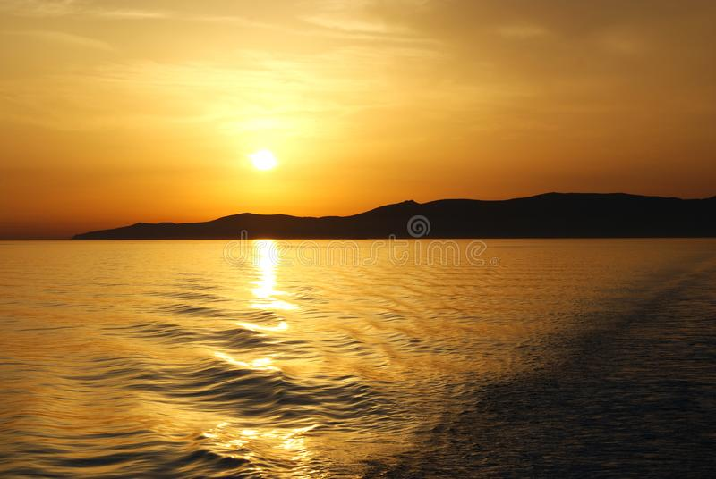 Griekenland, een mening van een veerboot op de reis aan Athene als zonreeksen royalty-vrije stock afbeeldingen