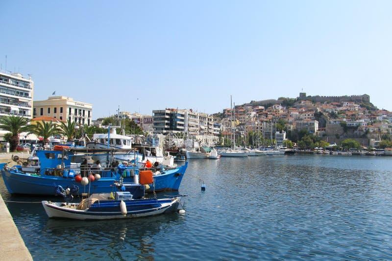 Griekenland, Kavala - Sertember 10, 2014 Kleine Griekse die boten aan de kust worden vastgelegd royalty-vrije stock foto