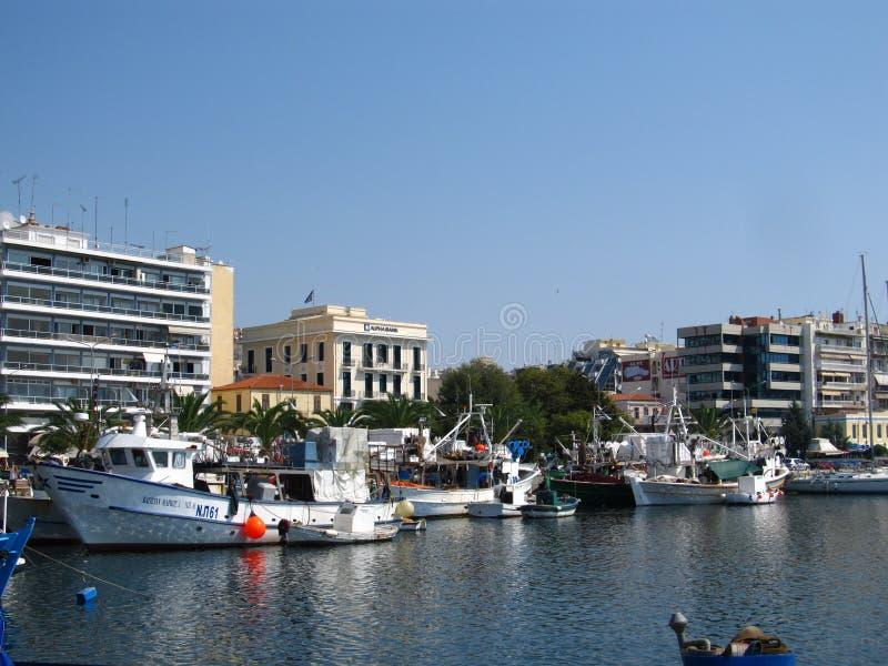 Griekenland, Kavala - Sertember 10, 2014 Kleine Griekse die boten aan de kust worden vastgelegd stock afbeelding
