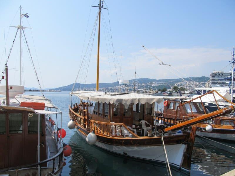 Griekenland, Kavala - Sertember 10, 2014 oude houten boten in Griekenland die aan de kust worden vastgelegd royalty-vrije stock fotografie