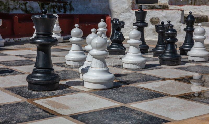 Griekenland, Kea-eiland Reuzereeks schaakstukken op Ioulis-stadsstraat stock fotografie