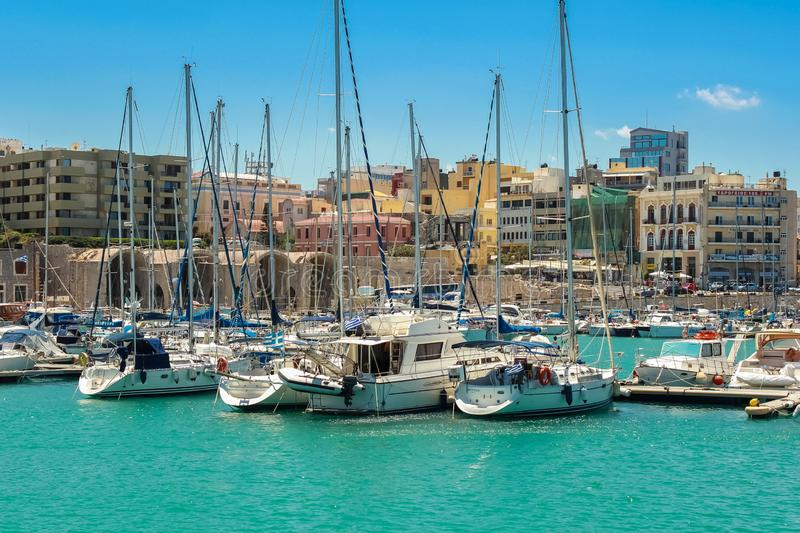 13 07 2014 Griekenland, Knososs De overzeese baai in een pijler wordt vele vissersboten vastgelegd Heldere zonnige dag Op een ach stock afbeelding