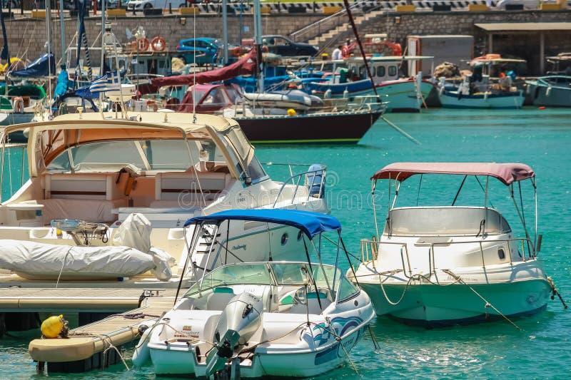 13 07 2014 Griekenland, Knososs Overzeese baai In een pijler worden vele vissersboten vastgelegd Op voorzijde aan betaling het lo royalty-vrije stock afbeelding
