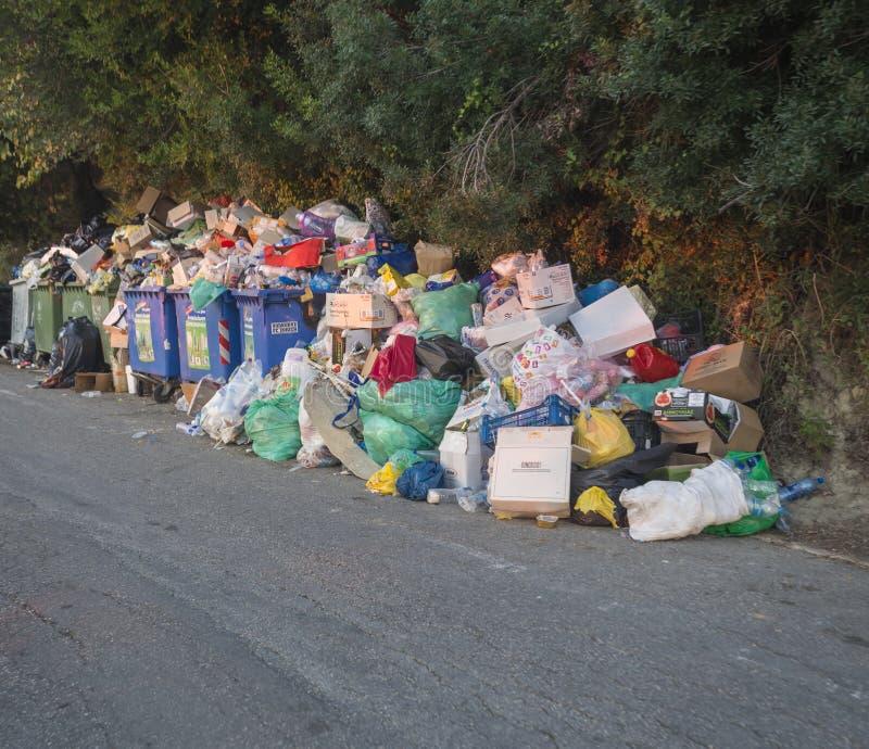 Griekenland, Korfu, Agios Georgios, 26 september, 2018: Stapels van huisvuil op asfaltweg, overfloating vuilnisbak, wegens Gemeen royalty-vrije stock afbeeldingen