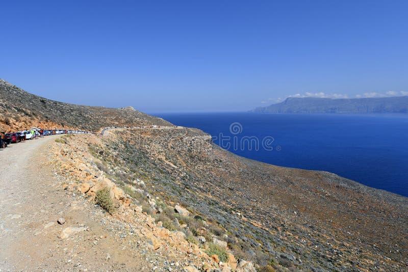 Griekenland, Kreta, lijn van auto's op Gramvousa-Schiereiland royalty-vrije stock afbeelding