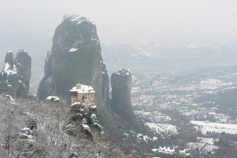 Griekenland. Meteora. Snow-covered klooster Roussanou stock afbeeldingen