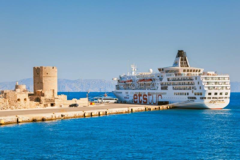 Griekenland, Rhodos - Juli 14 het Cruiseschip in de haven bij de vesting van Sinterklaas op 14 Juli, 2014 in Rhodos, Griekenland royalty-vrije stock afbeelding