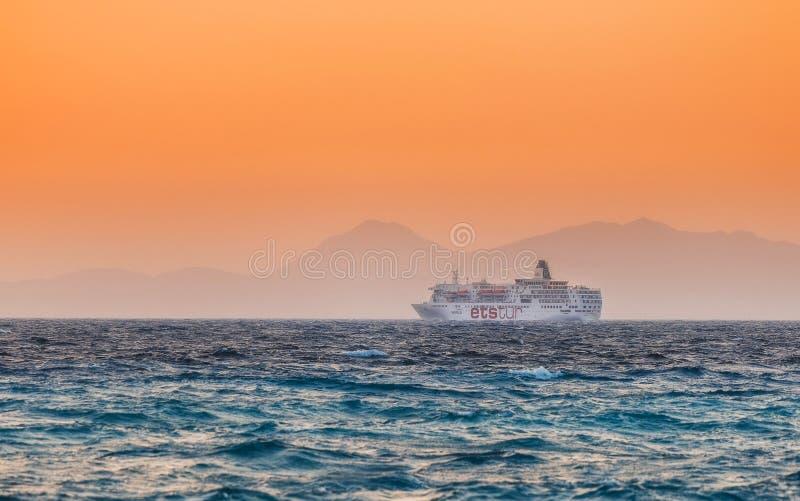 Griekenland, Rhodos - Juli 19: Het cruiseschip gaat in de lengte de kust bij sunseton op 19 Juli, 2014 in Rhodos, Griekenland stock foto