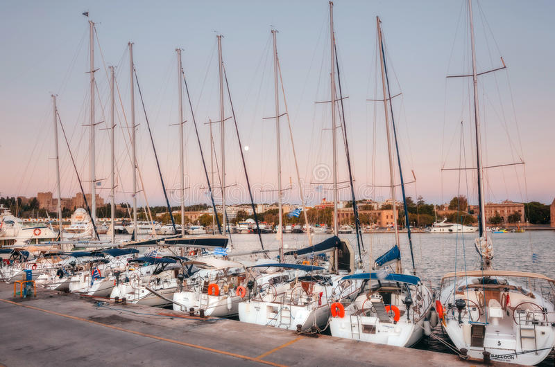 Griekenland, Rhodos - Juli 13 Jachten in de ochtend van havenmandraki op 13 Juli, 2014 in Rhodos, Griekenland stock fotografie