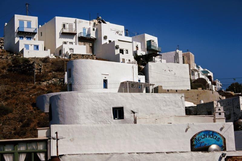 Griekenland, Sifnos-eiland, mening van traditionele kubieke die huizen op een klip in Kastro-dorp worden gebouwd stock afbeelding