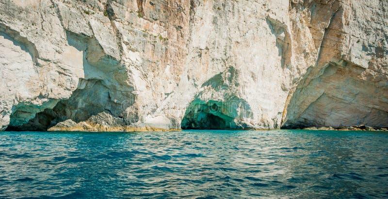 Griekenland, Zakynthos, Augustus 2016 Rotsen, holen en blauw water stock afbeeldingen