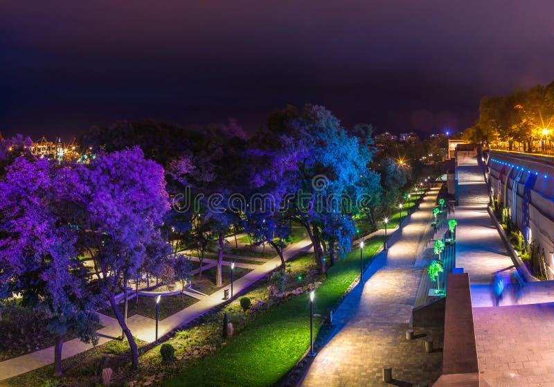 Grieks Park in Odessa, de Oekraïne bij nacht stock afbeelding