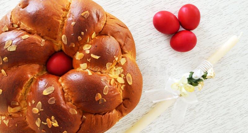 Grieks Pasen-brood, tsoureki en rode eieren royalty-vrije stock afbeelding