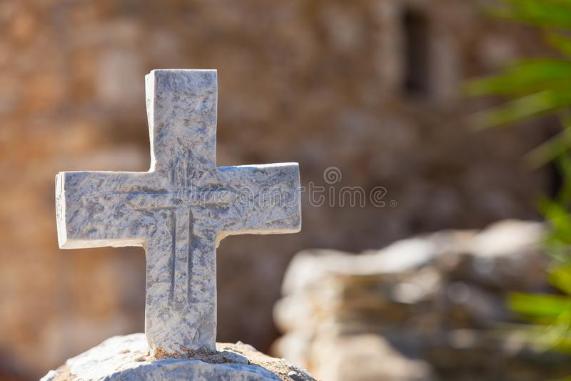 Grieks steenkruis op begraafplaats royalty-vrije stock fotografie