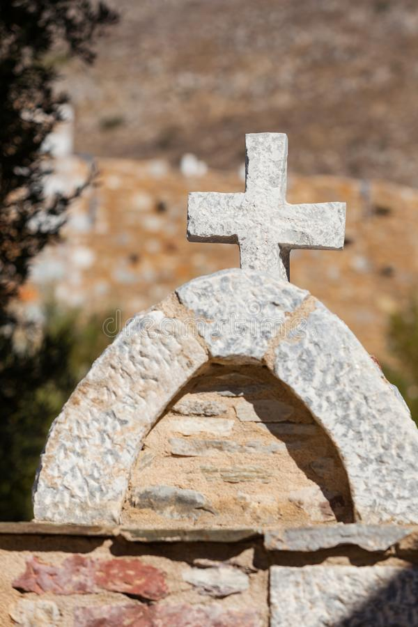 Grieks steenkruis op begraafplaats stock foto
