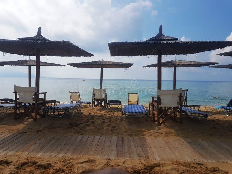 Grieks Strand met houten paraplu's royalty-vrije stock foto