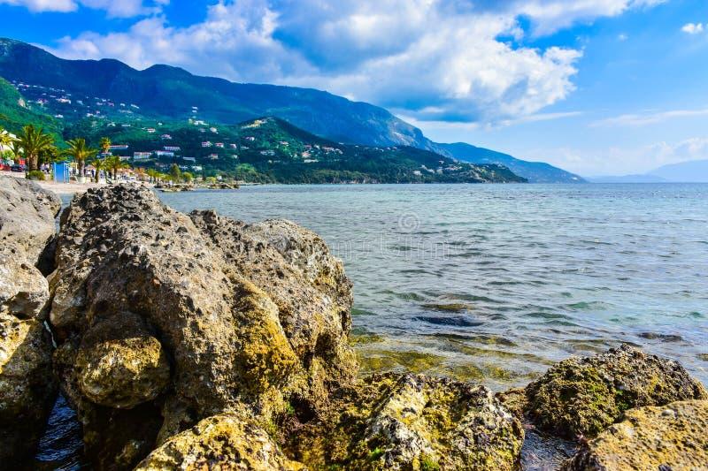 Grieks strand op het Eiland Korfu in het Middellandse-Zeegebied stock afbeelding
