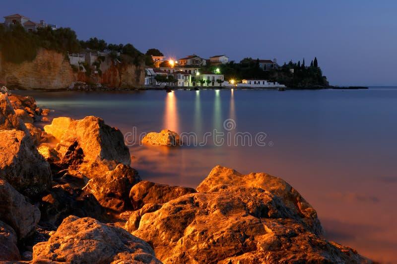 Grieks visserijdorp bij schemer royalty-vrije stock foto
