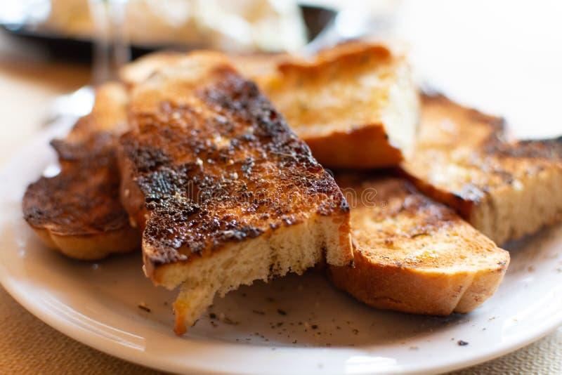 Grieks voedsel, geroosterd brood met olijfolie, rode wijn en tzatzikisaus stock afbeelding