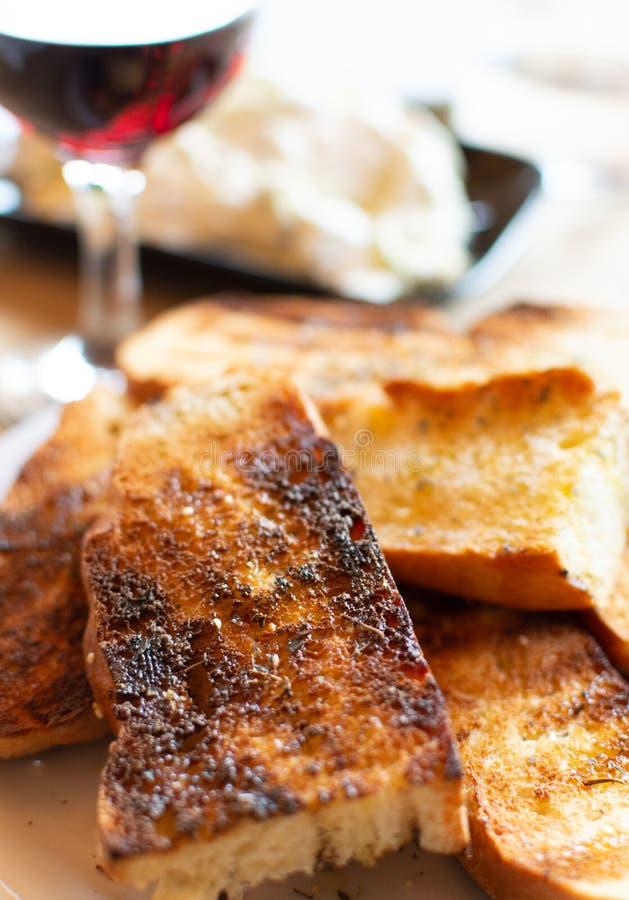 Grieks voedsel, geroosterd brood, rode die wijn en tzatzikisaus van gezouten gespannen yoghurt wordt gemaakt stock afbeelding