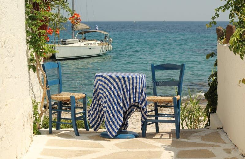 Griekse blauwe lijst en stoelen royalty-vrije stock fotografie