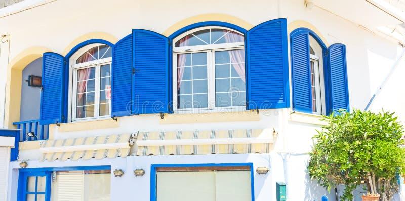 Griekse blauwe vensters en blinden. royalty-vrije stock fotografie