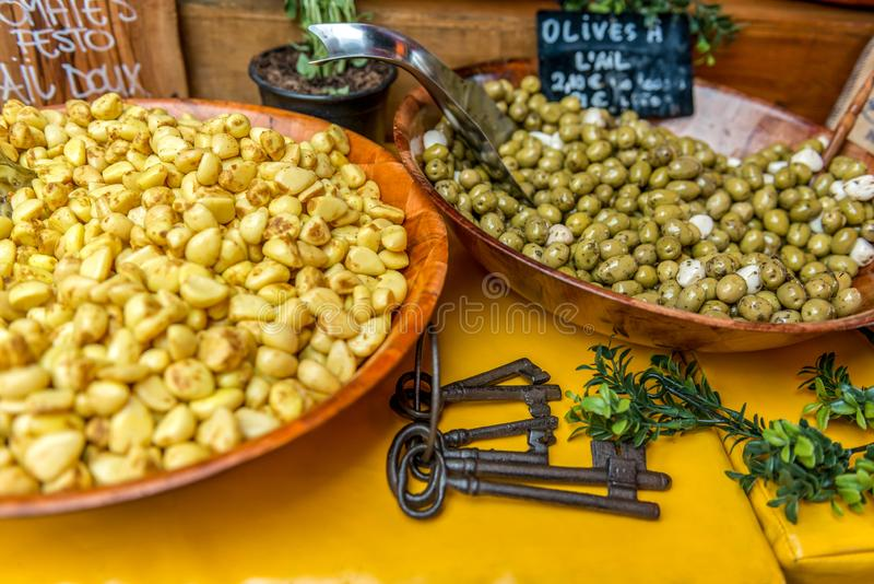 Griekse delicatessen, gemarineerde olijven en knoflook in olie stock foto