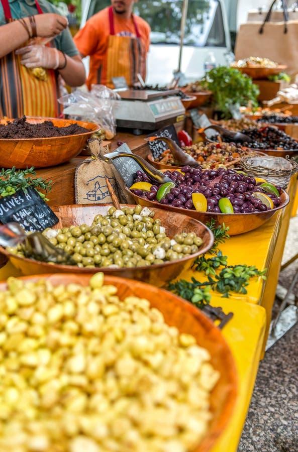 Griekse delicatessen, gemarineerde olijven en knoflook in olie royalty-vrije stock fotografie