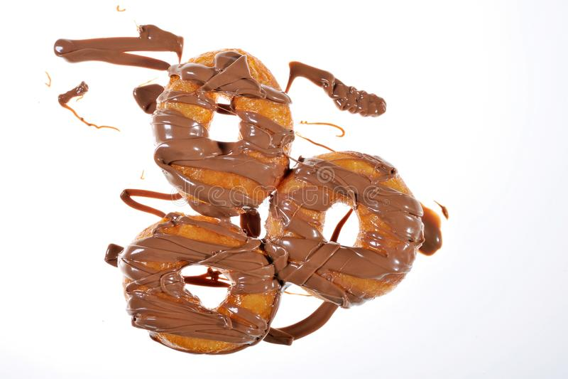 Griekse doughnut met stroop en chocolade stock foto