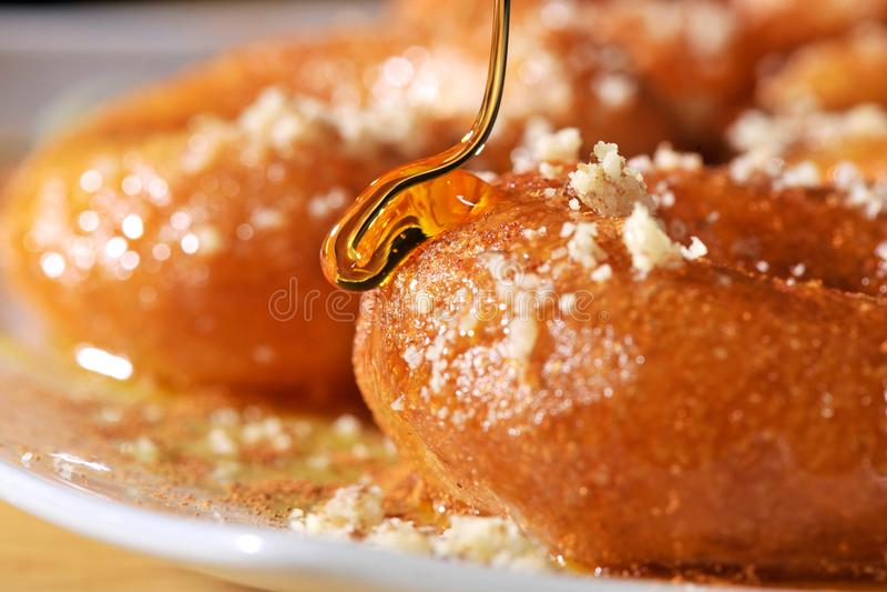Griekse doughnut met stroop en honing loukoumades stock fotografie