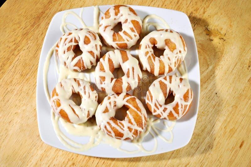 Griekse doughnut met stroop en room loukoumades stock afbeeldingen