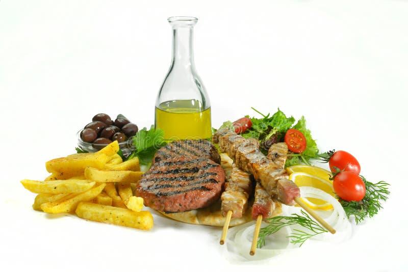 Griekse geroosterde souvlaki met het drankje en de groenten van de vleesballetjehamburger royalty-vrije stock fotografie