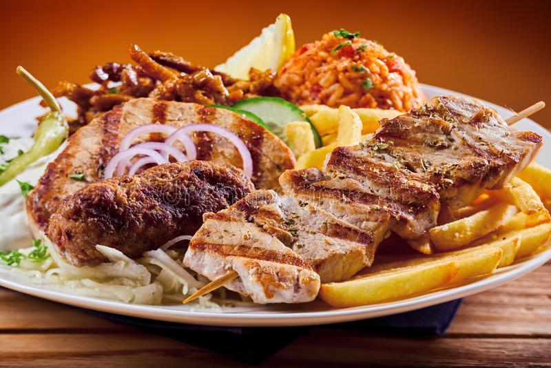 Griekse grillplaat met souvlaki en souzukilapje vlees stock foto's