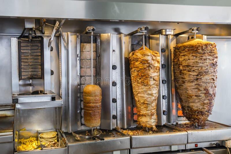 Griekse gyroscopenwinkel, geroosterd vlees voor gyroscopen en souvlaki stock afbeeldingen