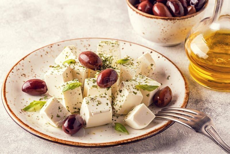 Griekse kaas feta met orego en olijven royalty-vrije stock foto
