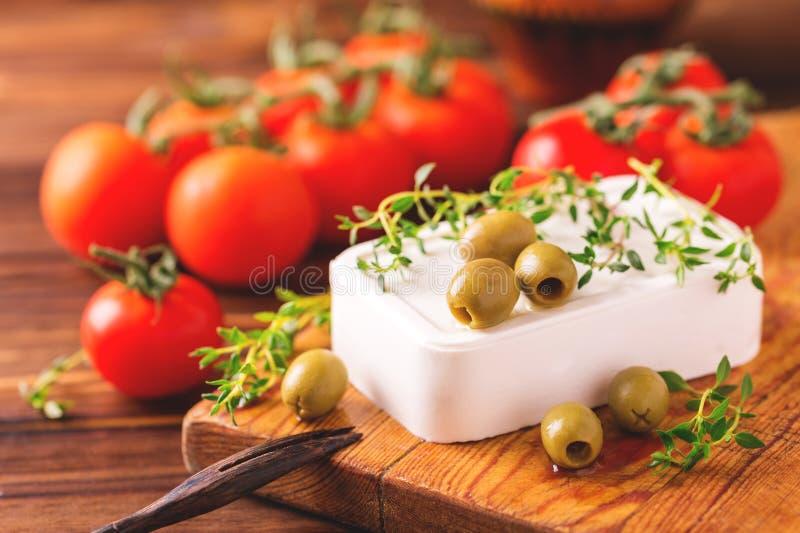 Griekse kaas feta met thyme en groene olijven stock foto's