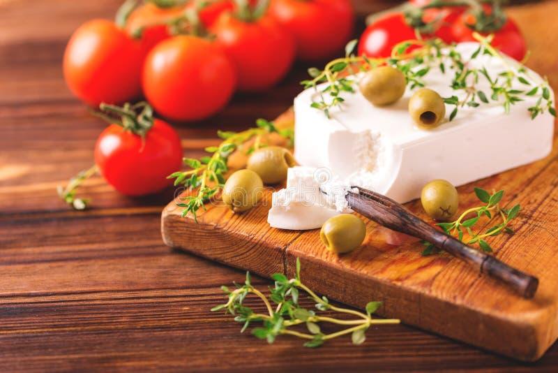 Griekse kaas feta met thyme en groene olijven stock fotografie