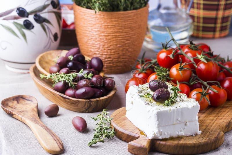Griekse kaas feta met thyme en olijven royalty-vrije stock foto