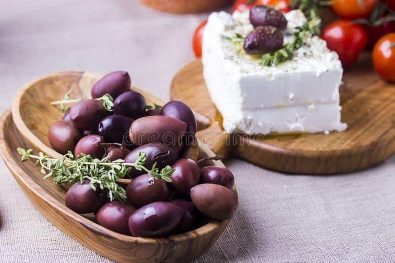 Griekse kaas feta met thyme en olijven stock foto