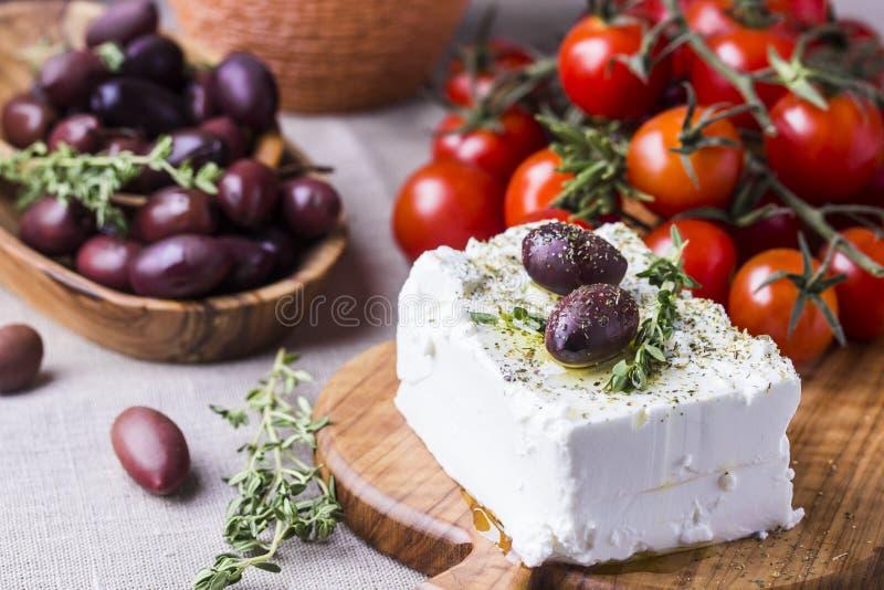 Griekse kaas feta met thyme en olijven stock foto's