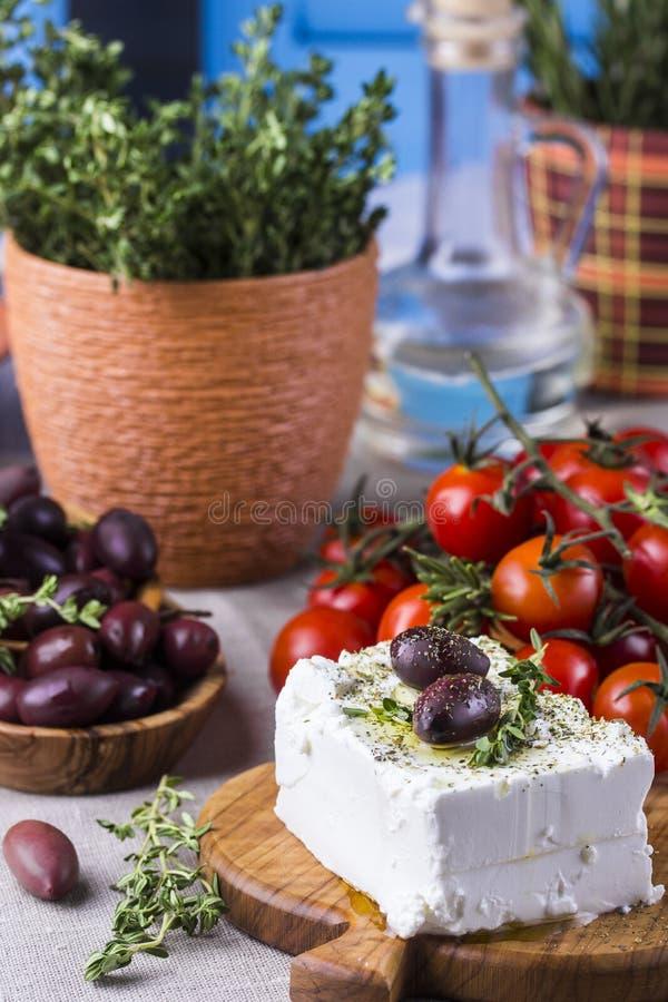 Griekse kaas feta met thyme en olijven royalty-vrije stock afbeeldingen
