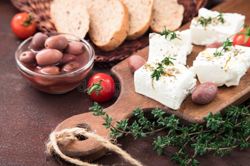 Griekse kaas feta met thyme en olijven Selectieve nadruk, exemplaar royalty-vrije stock fotografie