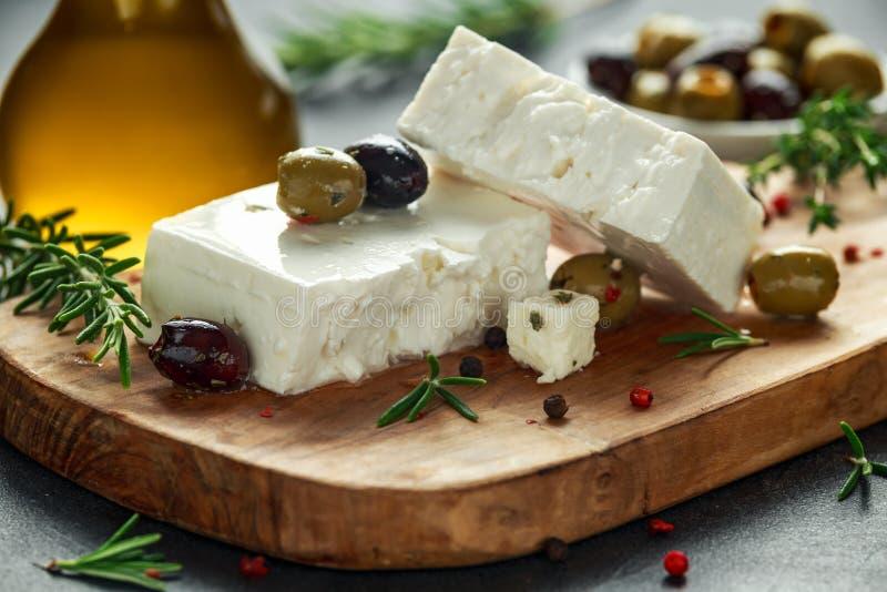 Griekse kaas feta met thyme, rozemarijn en olijven stock fotografie