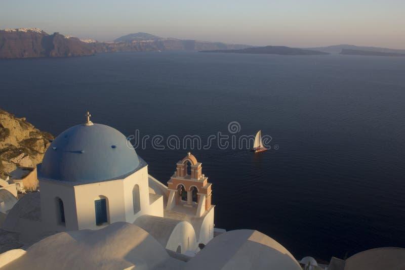 Griekse kerk en zeilboot, Santorini stock fotografie