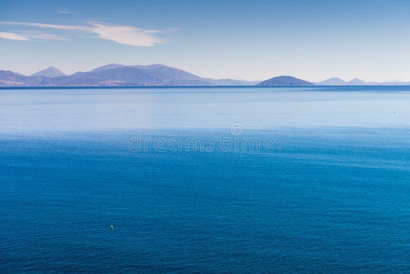 Griekse kustlijn op zonnige dag royalty-vrije stock afbeelding